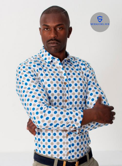 camisa con topos azul y gris con fondo blanco de la marca Yellow Skin