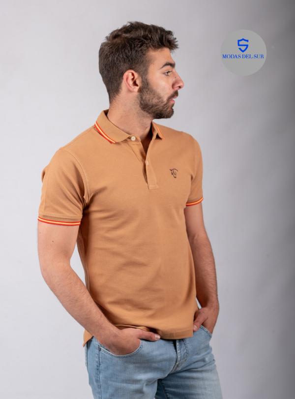 polo clasico con logo de la marca La Garrocha, color camel